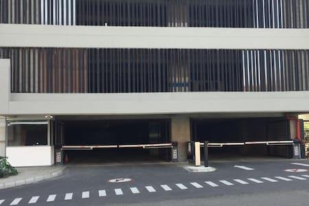 Entrada, por el parqueadero, sin escalones a los ascensores.