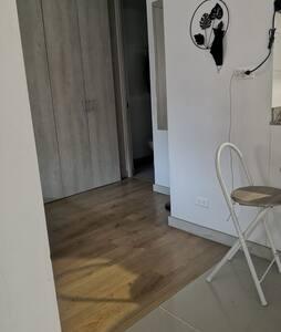 El acceso a la habitación no tiene escalones. Pero si hay un pequeño escalón para acceder a la terraza. El baño no está adecuado para discapacitados.