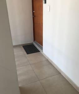 El pasillo para acceder al departamento tiene 95 cms de ancho