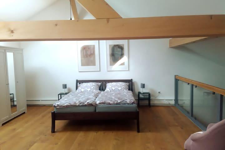 offener Schlafbereich, Bett 1.80x2.00, Verdunklungsrollo und Fliegengitter