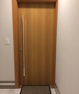 Porta entrada do apartamento.