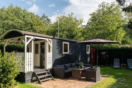 Luxe Pipowagen op de Veluwe met badkamer & veranda
