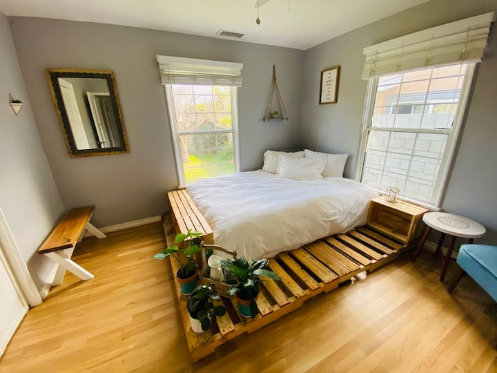Private room & bath- hot tub, yard, kitchen, patio