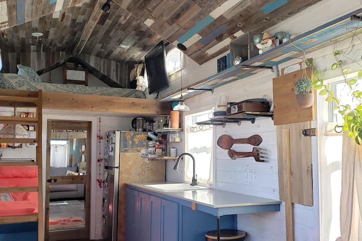 Tiny Cabin- Spacious & Rustic Chic- Set on Acreage