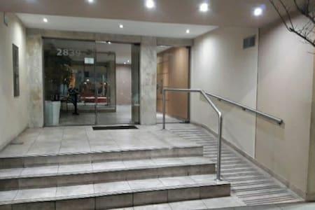 Ingreso principal al edificio iluminado las 24 horas con rampa y barandas aptas para sillas de ruedas.