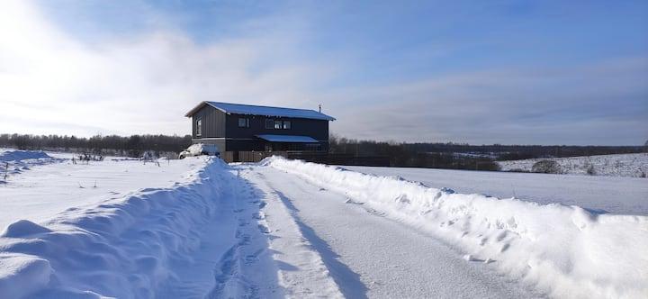 Современный дом в стиле лофт с сеновалом.
