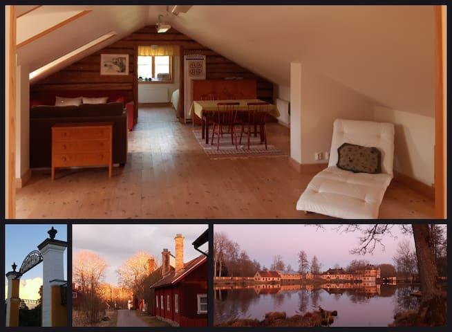 Lägenhetens mellandel med soffor och matbord. Portalen in till Lövstabruk. Bruksgatan i kvällsljus. Herrgården sedd från nedre dammen.