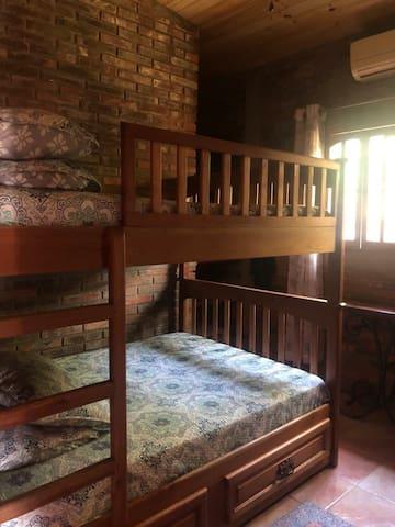 Habitacion con cama matrimonial de 2 pisos