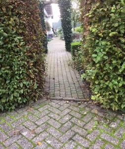Breedte van de poort is 85 cm.