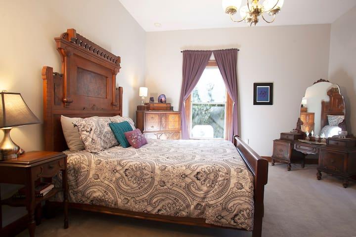 Floor 2 - Amethyst Room - double bed, sleeps 2, connects to main bathroom on 2nd floor