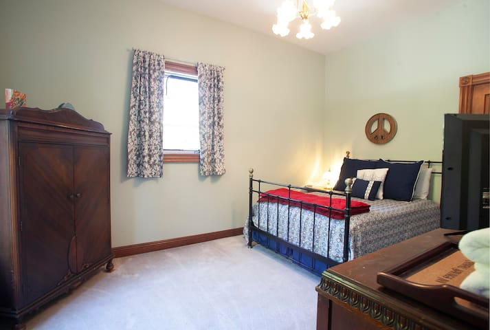 Floor 2 - Amazonite Room (connects to Tourmaline Suite) - sleeps 2, double bed