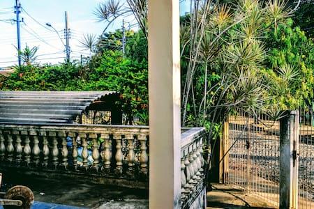 o acesso a casa contém ótima iluminação natural, lâmpadas, corredor com rampa e escada curta.