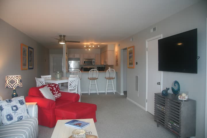 Location! Bright & Sunny Beach Condo