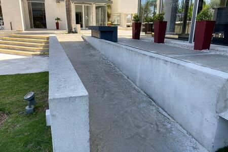 Rampa de acceso desde el nivel vereda hasta el nivel puerta de ingreso al edificio
