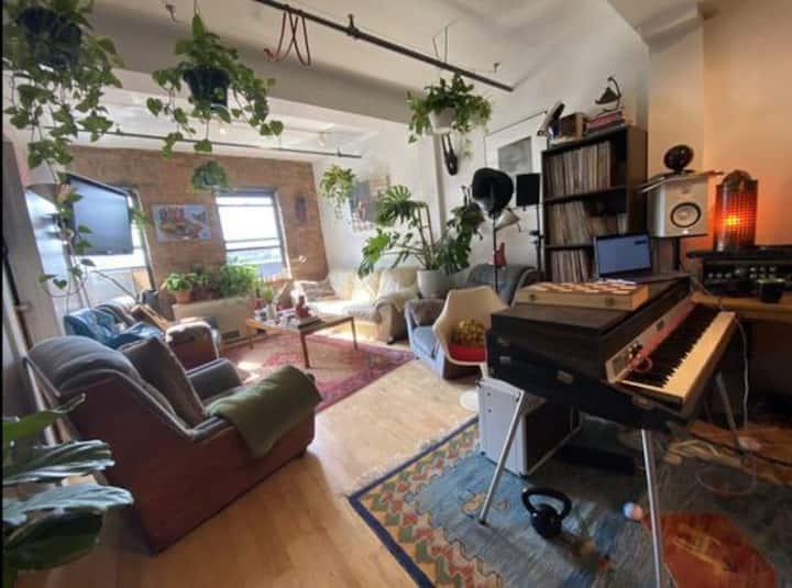 Sunny Williamsburg Artist's Loft W/ Amazing View!