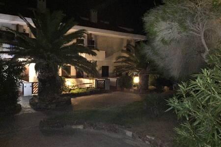 Tutto il residence è illuminato e inoltre ogni casa ha sua luce che si può accendere anche dall'esterno di fianco al cancelleto d'ingresso