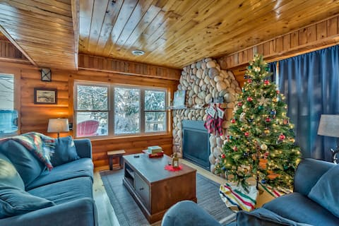 Lakefront Cabin- King Bed & Fireplace