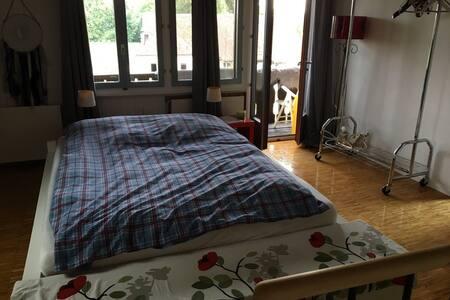 Chambre avec lit double + 1 matelas d'appoint. Elle est dotée d'une terrasse et d'une salle-de-bains attenante.