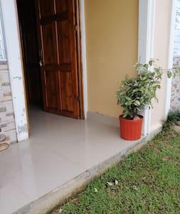 En la entrada principal del alojamiento hay un escalon.