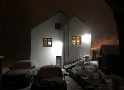 Die Wege um das Haus sind bei Nacht beleuchtet. Teilweise dauerhaft und teilweise über Bewegungsmelder.