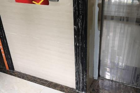 近电梯口的宽度,两部电梯