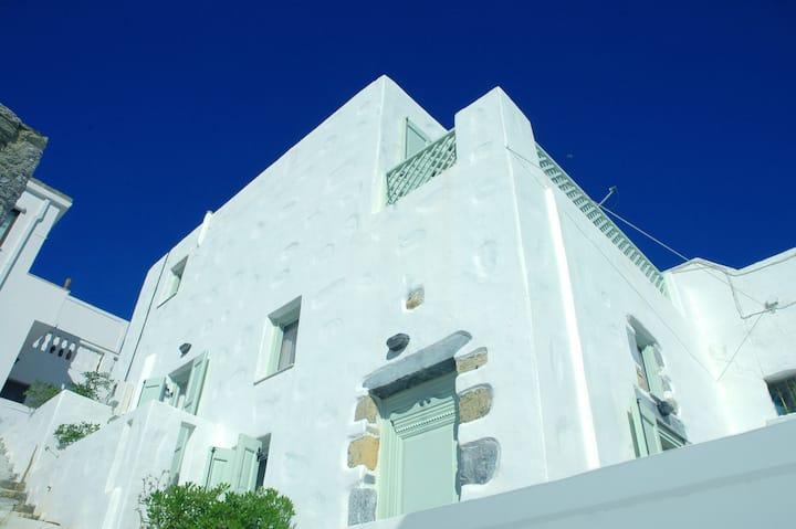Κυβέλη - Διώροφο σπίτι με θέα στο Αιγαίο