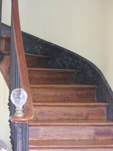 il faut monter cet escalier pour accéder la chambre