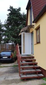 стационарный фонарь над входом и сенсорный фонарь на дорожку