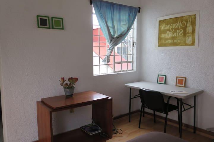 La habitación cuenta con escritorio y internet de 40mbps para trabajar o estudiar en línea. / The room has wifi 40mbps to Study or work online.