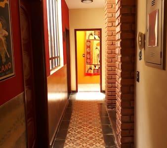 Acesso amplo e plano comunicam quartos, banho social, cozinha e salas