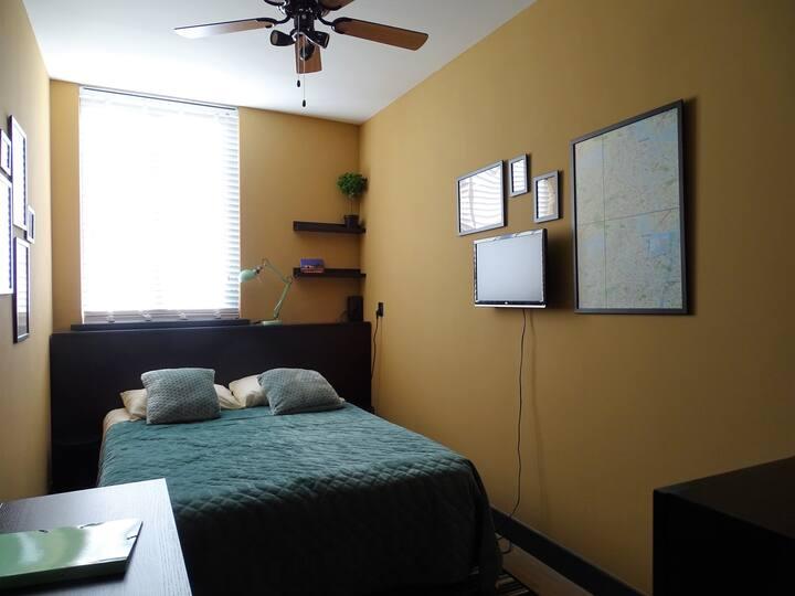 Kamer in zalig, zonnig appartement in Zuidoost.