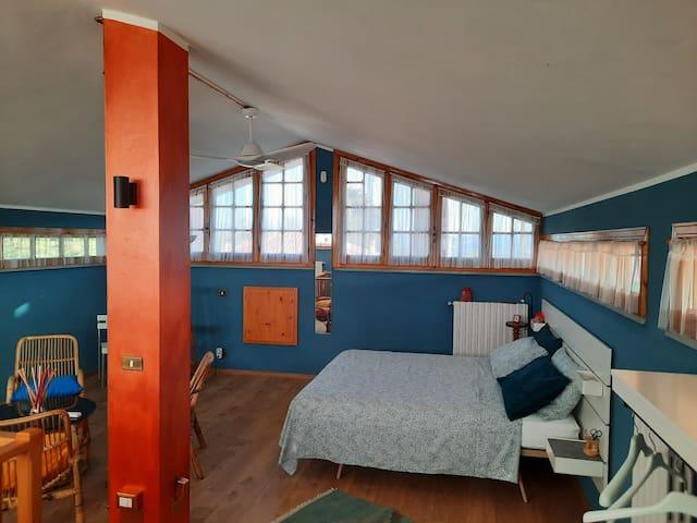 La mansarda, con la terza camera da letto - The attic, with the third bedroom - Le grenier, avec la troisième chambre - Der Dachboden mit dem dritten Schlafzimmer