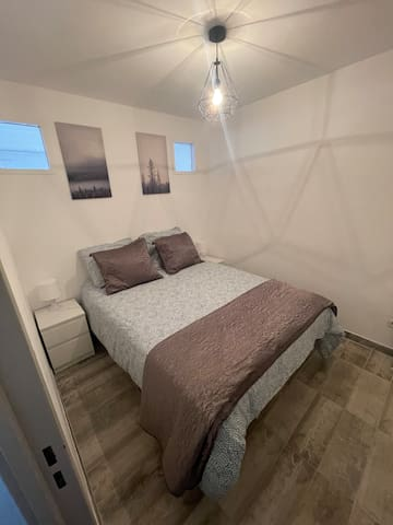 Coin chambre avec literie confortable