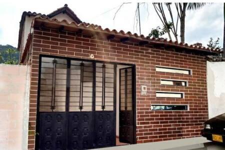 Entrada a la cabaña es una puerta garaje amplía