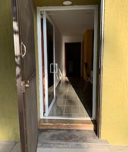 Acceso amplio para la entrada al departamento hasta entrar a la habitación principal