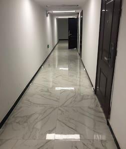 Ei portaita tai askelmia sisäänkäynnissä