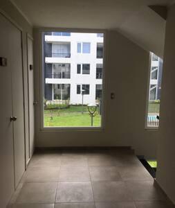 Pasillos amplios y ascensor directo puerta de acceso departamento