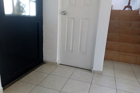 la entrada no tiene escalones ni los accesos a las áreas comunes en la planta baja