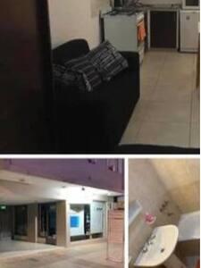 tiene un amplio lugar para ingresar! mas cochera que está en 2do piso, con ascensor. entran solo autos chicos!