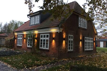 Das Haus ist mit Bewegungsmeldern an den Hausecken und am Haupteingang versehen.Die Beleuchtung führt von der Auffahrt rings ums Haus bis zum Haupteingang.