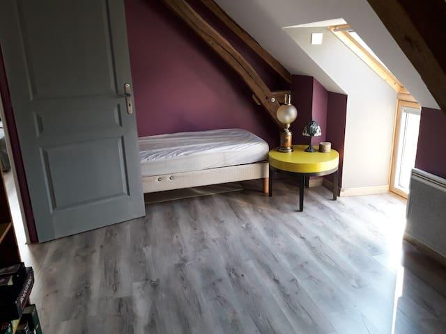Le lit une place de la petite chambre Ouest.