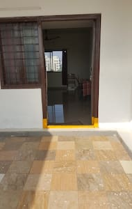 Széles bejárat a vendégek számára