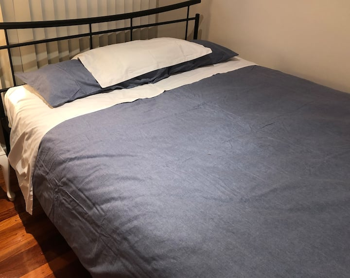 Queen bed in small lockable room, South Brisbane
