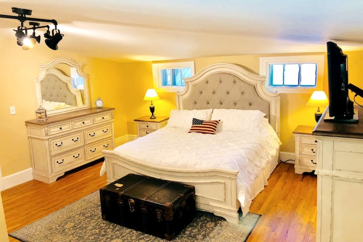 King bedroom, all new furniture, mattress and bedding 2019.