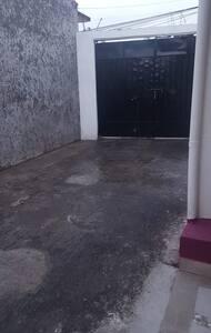 A la entrar nos encontramos con la cochera, la cual es de cemento sin bordes completamente plano