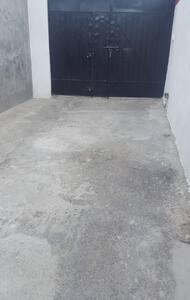 La entrada es plana sin bordes para llegar a la entrada principal .