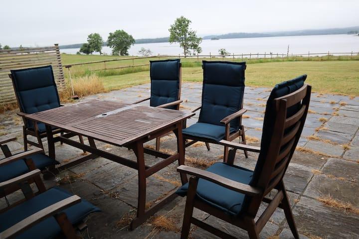 Villa med sjöutsikt för en lugn helg med vänner