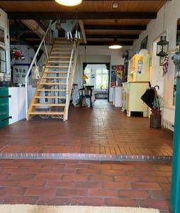 Im Eingangsbereich befindet sich eine ca. 10 cm hohe Stufe.