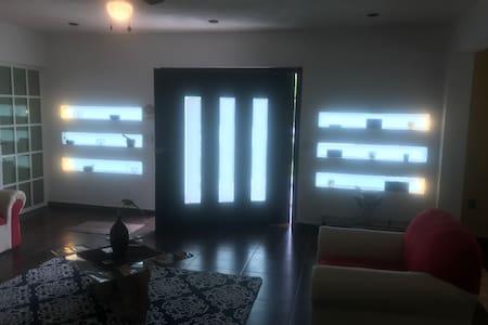 La entrada , estancia y dormitorios se distribuyen en una sola planta, sin bordes ni nudillos, todo es plano.