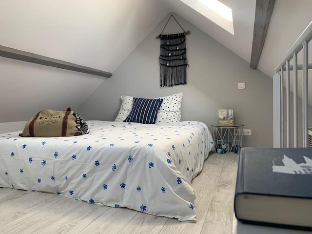 2ème étage - Chambre sous comble, avec lumière traversante (Lit 180x200) (Bed room under the roof)